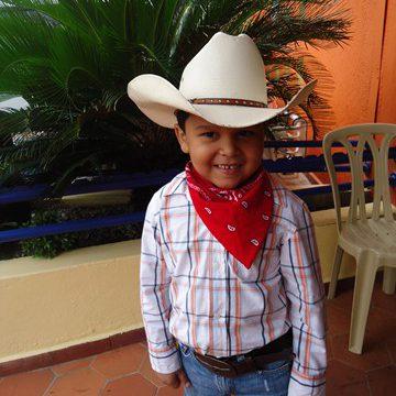 Niño vestido de vaquero